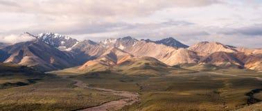 Parque nacional inchado de Denali da escala de Alaska do céu azul das nuvens Foto de Stock Royalty Free