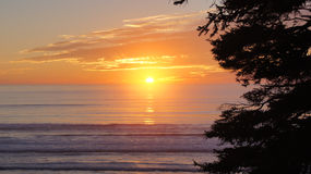 PARQUE NACIONAL OLÍMPICO, EUA, o 3 de outubro de 2014 - por do sol em Ruby Beach perto de Seattle - Washington Fotografia de Stock