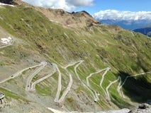 Parque nacional Stelvio Camino de la curva en montañas imagenes de archivo