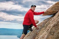 Parque nacional Zuratkul Cheliábinsk Rusia del alpinismo feliz del hombre Imágenes de archivo libres de regalías