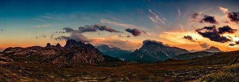Parque natural nacional Tre Cime In do panorama os cumes das dolomites Seja Fotografia de Stock