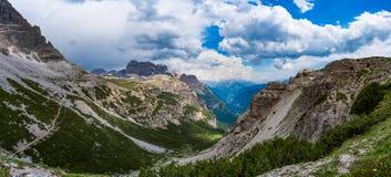 Parque natural nacional Tre Cime In do panorama os cumes das dolomites Seja Imagens de Stock Royalty Free