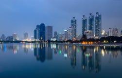 Parque no crepúsculo, Banguecoque de Benjakitti, Tailândia Imagens de Stock Royalty Free