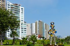 Parque no distrito de Miraflores e escultura moderna em Lima, Peru imagem de stock royalty free