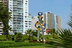 Parque no distrito de Miraflores e escultura moderna em Lima, Peru imagens de stock