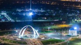 Parque nombrado después del primer presidente de la República de Kazajistán en la ciudad del timelapse de la noche de Aktobe occi almacen de metraje de vídeo