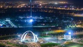 Parque nombrado después del primer presidente de la República de Kazajistán en la ciudad del timelapse de la noche de Aktobe occi almacen de video