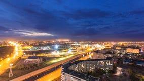 Parque nomeado após o primeiro presidente do Republic of Kazakhstan na cidade do dia de Aktobe ao timelapse da noite ocidental filme