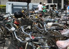 Parque ocupado y apretado de la bicicleta en Pekín Foto de archivo libre de regalías