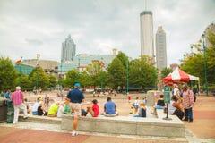 Parque olímpico centenário com os povos em Atlanta, GA foto de stock