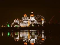 Parque olímpico de Sochi, Rússia - 20 de fevereiro de 2018: Reflexões de luzes da noite na água, no parque olímpico foto de stock