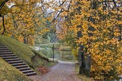 Parque otoñal viejo en Cesis, Letonia Imagen de archivo