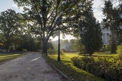 Parque público central en Riga la ciudad capital y más grande de Letonia, fotografía de archivo libre de regalías