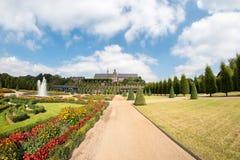 Parque público com estrutura decorativa perto do monastério Fotos de Stock Royalty Free