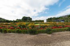 Parque público com estrutura decorativa perto do monastério Foto de Stock Royalty Free