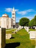 Parque público de la torre antigua en Zedar Croacia con bluesky Fotos de archivo libres de regalías