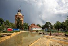 Parque público y patio para los niños delante de la torre de agua vieja Wasserturm después de una tempestad de truenos severa Vie imágenes de archivo libres de regalías