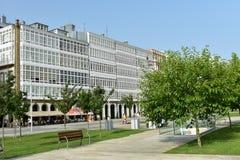 Parque público y ventanas con las galerías de madera blancas imagenes de archivo