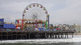 Parque pacífico en Santa Monica Pier en una visión diurna metrajes