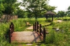 Parque pequeno com uma ponte Imagens de Stock Royalty Free