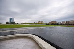 Parque perto de Heydar Aliyev Center no dia nebuloso Imagem de Stock Royalty Free