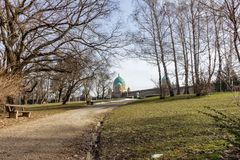 Parque que conduz ao cemitério de Mirogoj em Zagreb, Croácia imagem de stock