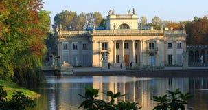"""Parque real de Lazienki en Varsovia, Polonia - el otoño colorea palacio del †""""en la isla almacen de video"""