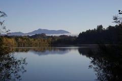 Parque regional de la orilla del río - dos lagos hermosos para pescar, kayaking, canoeing y el batimiento de pie Imagen de archivo libre de regalías