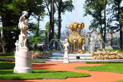 Parque renovado do jardim do verão em St Petersburg fotografia de stock