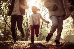 Parque running da calha do pai com duas filhas fotografia de stock royalty free
