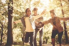 Parque running da calha da família afro-americano fotos de stock