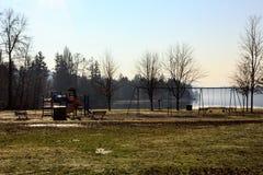 Parque rural del invierno cerca del lago Fotografía de archivo libre de regalías