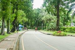 Parque/Tailandia de Lumpini - 18 de agosto de 2018: la gente camina y hace activar para el ejercicio imágenes de archivo libres de regalías