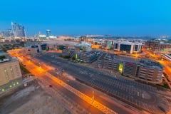 Parque tecnológico de ciudad de Internet de Dubai en la noche Imagen de archivo libre de regalías