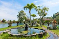Parque tropical verde com fontes e lagoas Imagem de Stock Royalty Free