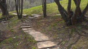 Parque vazio abandonado na primavera vídeos de arquivo
