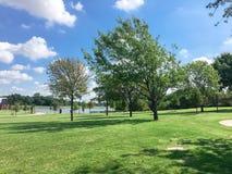 Parque verde bonito com a fuga do caminho em Coppell, Texas, EUA fotografia de stock royalty free