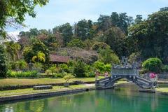 Parque verde com lago e ponte Imagem de Stock Royalty Free