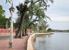 Parque verde com o rio na baixa em Kampot, Camboja imagens de stock royalty free