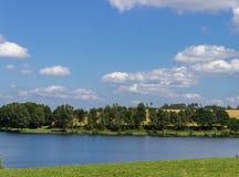 Parque verde con el lago Foto de archivo