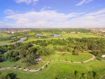 Parque verde del paso elevado con el símbolo y Houston suburbana NEI de Yin Yang imagenes de archivo