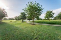 Parque verde perto da vizinhança residencial em Sugarland, Texas, E.U. imagem de stock