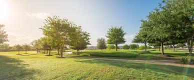 Parque verde perto da vizinhança residencial em Sugarland, Texas, E.U. fotografia de stock
