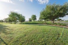Parque verde perto da vizinhança residencial em Sugarland, Texas, E.U. imagens de stock royalty free