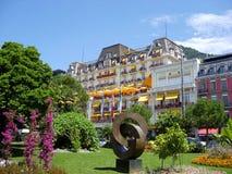 Parque y HÃ'tel magnífico de lujo Suisse-majestuosos en el lago geneva, Montreux imágenes de archivo libres de regalías
