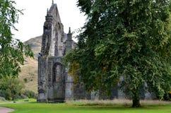 Parque y Holyrood Abbey Ruins de Holyrood Foto de archivo libre de regalías