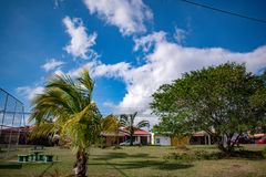 Parque y jardín y cielo imagen de archivo libre de regalías