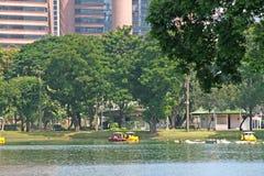 Parque y Peasureboats de Bangkok Imagen de archivo libre de regalías