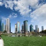 Parque y rascacielos bajo el cielo azul Imágenes de archivo libres de regalías