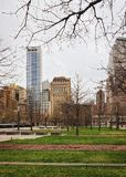 Parque y rascacielos del Lower Manhattan financiero del distrito imagen de archivo libre de regalías
